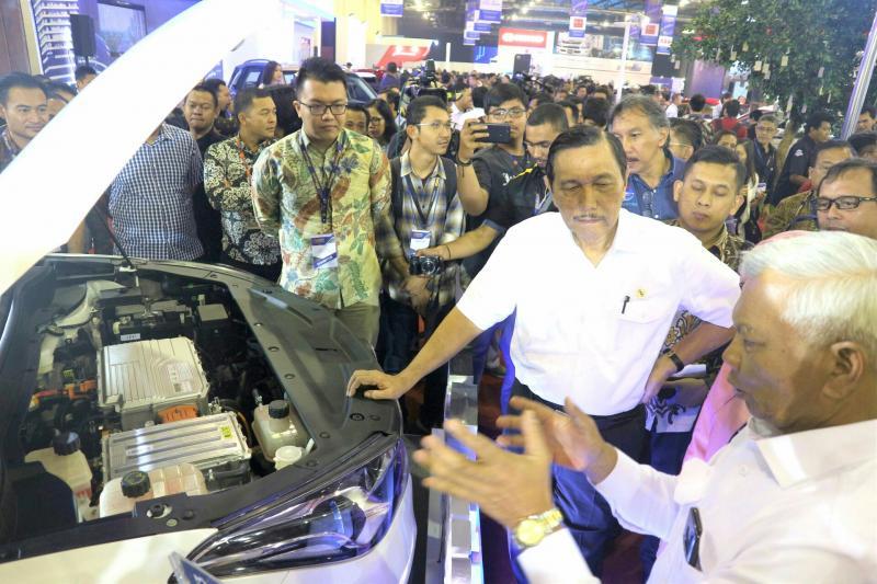 Menko Kemaritiman Jenderal (Purn) Luhut Panjaitan mendapat penjelasan Alexander Barus di booth DFSK, Indonesia Electric Motor Show 2019