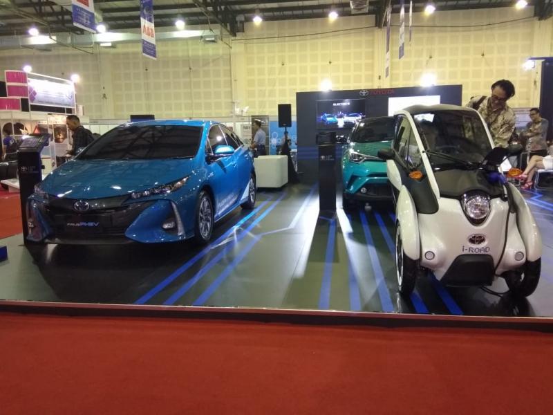 Paling menyita perhatian adalah Toyota i-Road, sebuah penunjang mobilitas individual yang praktis. (anto)