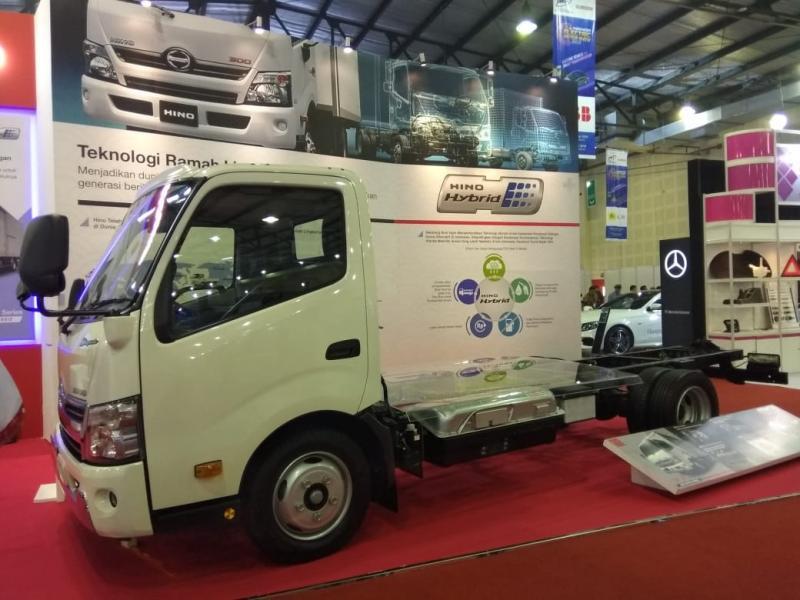 Kendaraan Hino dengan teknologi Hybrid dapat digerakan dengan tenaga listrik dan biodiesel sehingga lebih ramah lingkungan dan juga irit bahan bakar. (anto)
