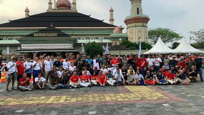 Para offroader & pereli foto bersama di halaman belakang masjid raya Al Bantani Serang