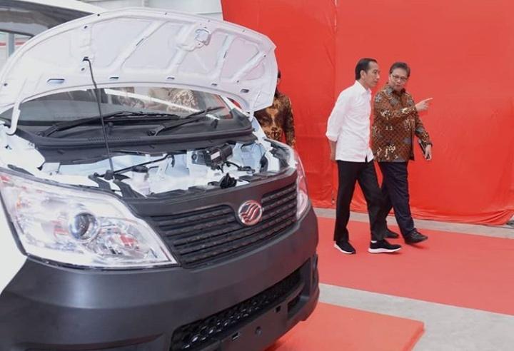 Airlangga Hartarto, Menteri Perindustrian di sela mendampingi Presiden Joko Widodo pada peresmian pabrik PT SMK di Solo, Jawa Tengah, Jumat (6/9/2019).