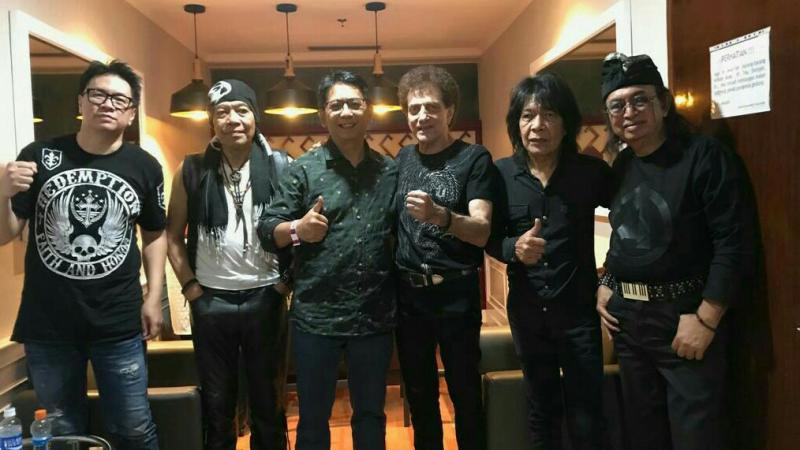 Paul Montolalu (tengah) bersama skuad band legendaris God Bless formasi terkini.