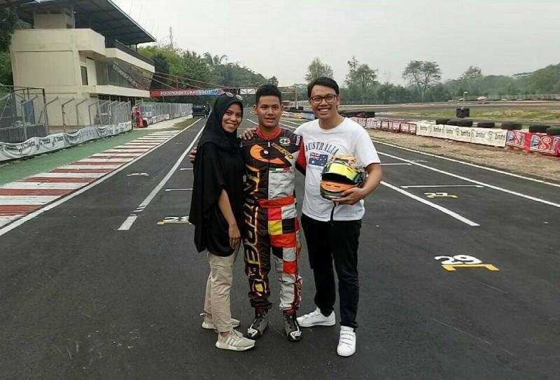 M Harits diapit kedua kakaknya di Sentul International Karting Championship