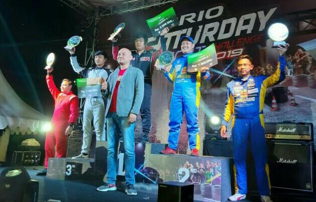 Abghi Rezandi (tengah) bersama juara lainnya didampingi Adhi Parama Sugardha dari PT. Honda Prospect Motor selaku sponsor utama