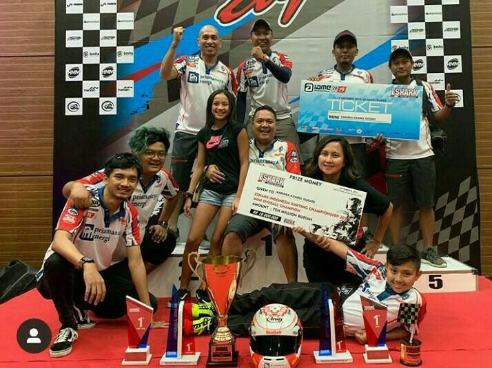 Kanaka Gusasi (depan, bergaya tiduran) bersama keluarga dan skuad Shadaff Motorsport
