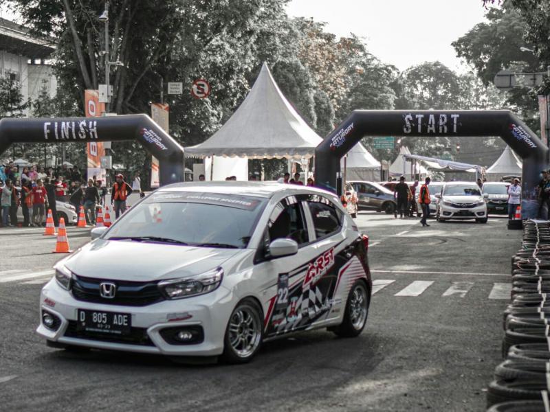 All New Honda Brio menjadi andalan peslalom Brio Saturday Night Challenge di Gedung Sate Bandung