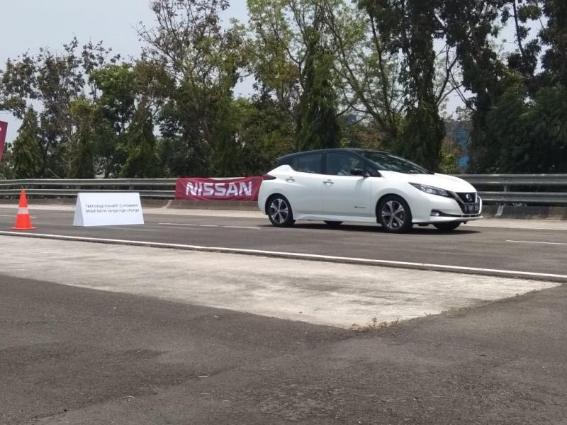 Mobil jenis medium hatchback ini dengan enteng dibejek hingga mencapai kecepatan 100 km/jam. (anto).