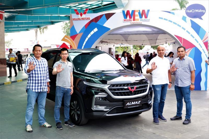 Perwakilan Wuling Motors dan mitra diler resmi membuka Wuling Experience Weekend di Pekanbaru, Riau. (anto)