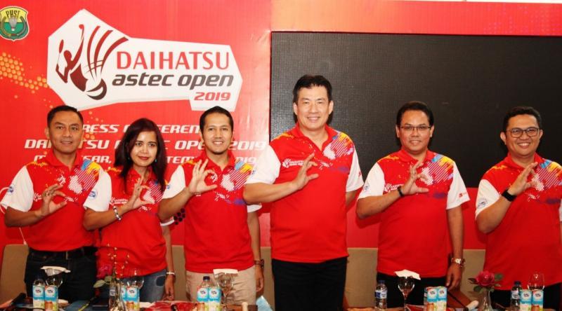 Perwakilan Manajemen Daihatsu, Astec, PBSI dan Sponsor menunjukkan gesture Salam Sahabat pada Konferensi Pers di Makassar. (dok. ADM)