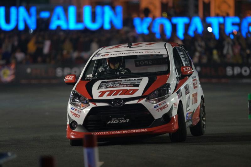 Toyota New Agya 1200 bermanuver di lintasan kejurnas slalom MLD Spot Auto Gymkhana di kota Tegal