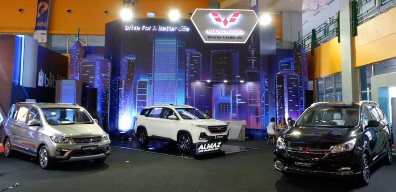 Wuling menampilkan tiga unit display, terdiri dari SUV Almaz serta duet MPV Cortez CT dan Confero S ACT. (dok. Wuling)