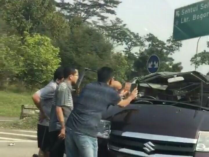 Kecelakaan tunggal sebuah minibus karena pecah ban dan kelebihan penumpang di tol Jagorawi tadi pagi