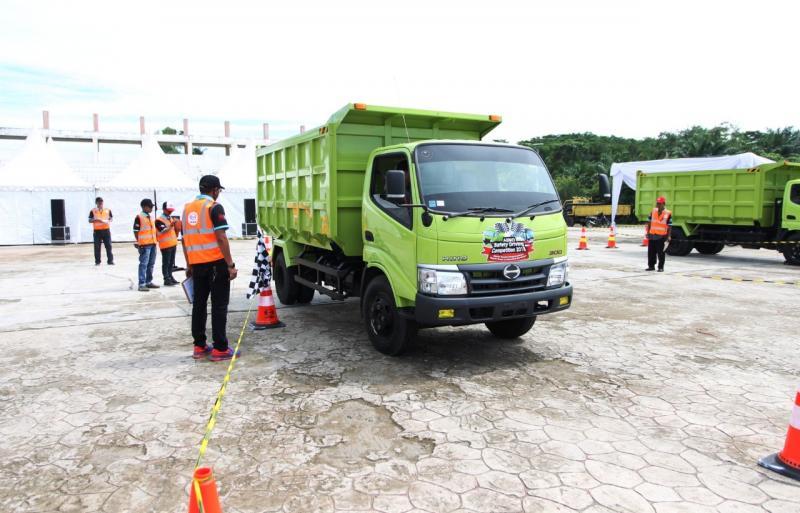 Peserta Hino Safety Driving Bengkulu 2018 Menjalani Test Parkir Mundur. (dok. Hino)
