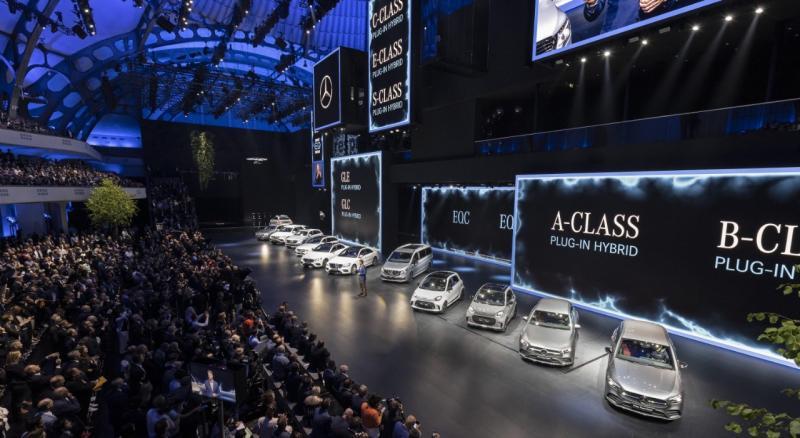 Mercedes-Benz juga menghadirkan 19 kendaraan terbaru lainnya untuk pertama kalinya kepada publik. (dok. MBDI)