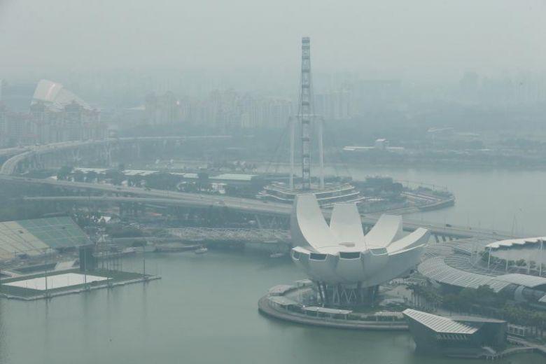 Kondisi udara di sekitar Marina Bay jelang GP Singapura, pekat akibat asap dari Indonesia. (Foto: thestraitstimes)