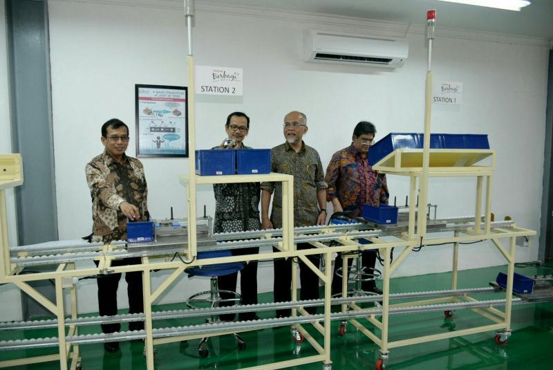 Andang Warih Tjahjono (dua dari kanan) & Rektor UGM Prof. Ir. Panut Mulyono, M.Eng., D.Eng., IPU di rektorat UGM