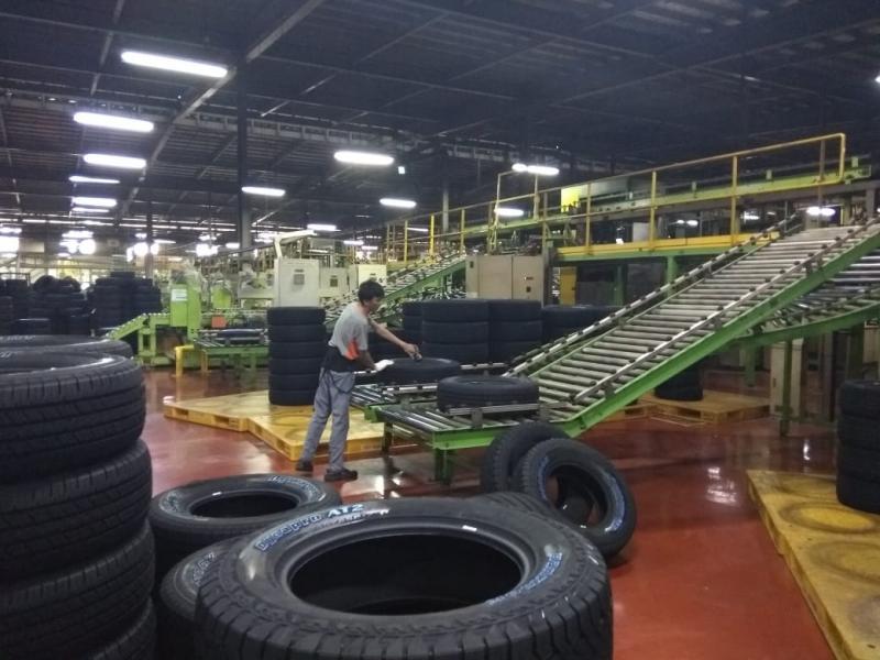 Salah satu proses finishing dan kontrol kualitas ban produk Hankook Indonesia di pabriknya di Cikarang, Jawa Barat. (anto)