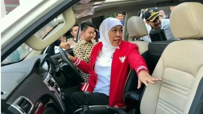 Khofifah Indar Parawansa mencoba duduk di jok kemudi Esemka Garuda di kantor Gubernuran Surabaya.  (foto : antara)
