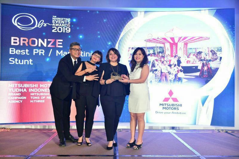 Intan Vidiasari, Deputy General Manager Coordination & Development Office PT MMKSI (dua dari kanan) terima penghargaan The Marketing Event Awards 2019