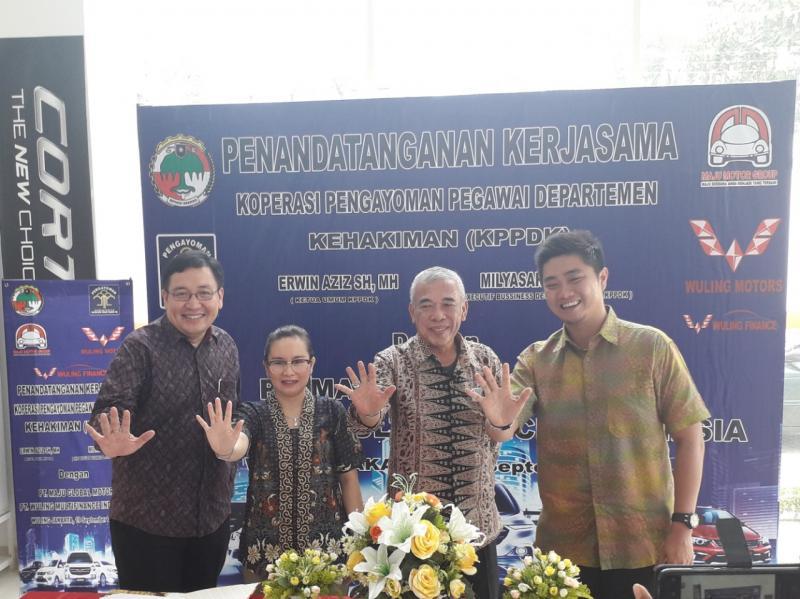 Perwakilan Wuling Finance, PT Maju Global Motor, dan KPPDK dalam Acara Peresmian Kerjasama Wuling dan KPPDK di Diler Wuling Ciputat. (dok. Wuling)