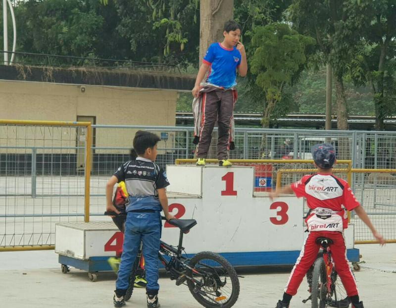 Daffa AB di podium 1, sedang Kimi Rae dan Maalik Bintang memilih bersepeda di bawah.