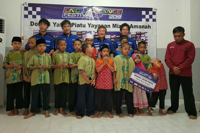 Presdir Yamaha Indonesia, Minoru Morimoto bersama dengan anak yatim piatu di kawasan Duren Sawit, Jakarta Timur
