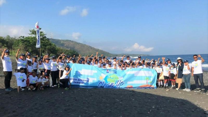 Suzuki Indomobil Sales melakukan Clean Up The World libatkan anak SD di pantai Tribuana Bali