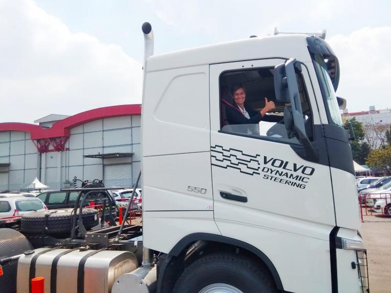 Marina tampak mahir mengemudi truk dengan fitur baru Volvo Dynamic Steering ini. (anto)
