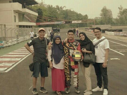 Harits (tengah) bersama kakak dan kedua orang tuanya usai memastikan menyabet juara nasional dan Asia 2019
