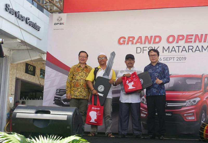 Pembeli pertama DFSK Glory 560 di dealer kota Mataram,  Nusa Tenggara Barat