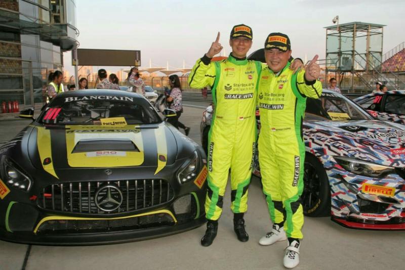 Setiawan Santoso dan Ringo Chong, salam kemenangan dari sirkuit Shanghai International Cina. (Foto : aphit m)