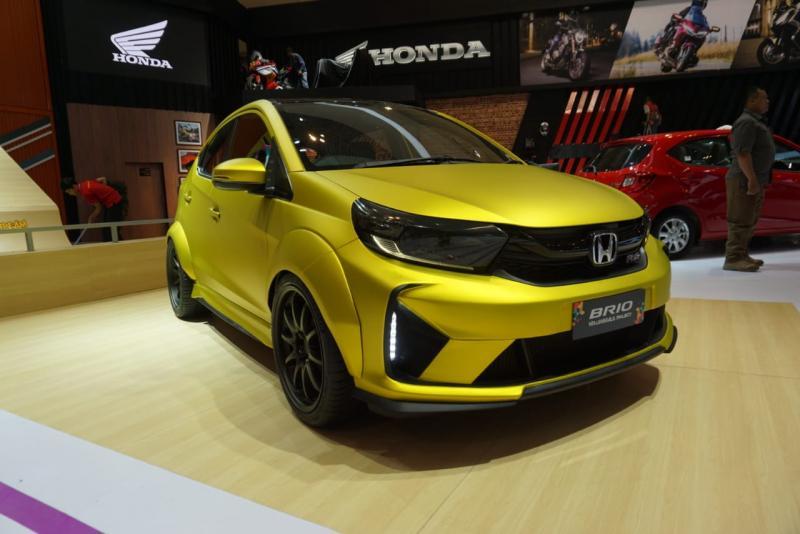 Honda Brio yang ditampilkan di booth Honda telah mengalami ubahan pada bagian velg, ban, body kit, serta eksterior yang dibalut dengan stiker berwarna emas.(anto)