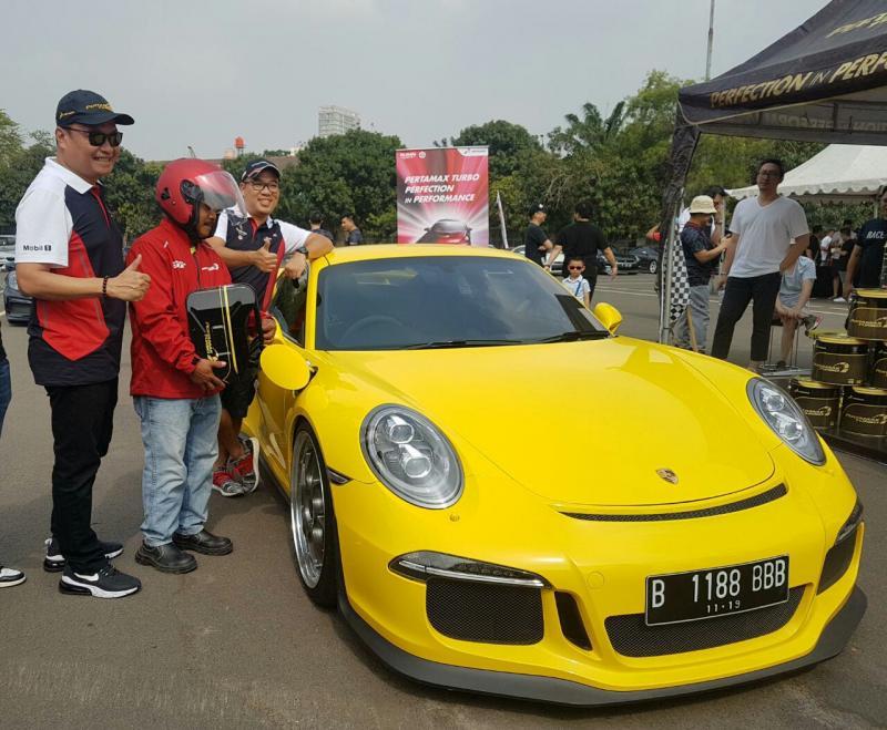 Peserta Porsche Motokhana Time Attack tengah mengisi bahan bakar Pertamax Turbo ke mobil Porschenya