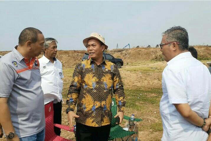 H Prasetyo Edi Marsudi (tengah) turun langsung meninjau areal 35 hektar untuk sirkuit tanah di Ancol belum lama ini