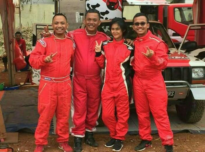 Pras bersama Bimo, Wibi & Canya putra-putrinya yang mengikuti jejaknya di ajang balap. (foto : Ist)