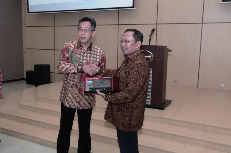 Budi Setiyadi (kanan) bersama Santiko Wardoyo, Direktur Penjualan dan Promosi PT Hino Motors Sales Indonesia. (anto)
