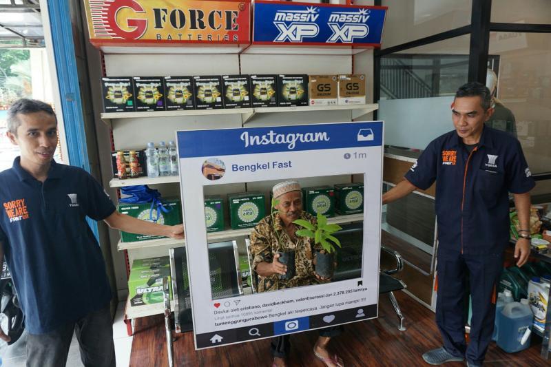 Peduli lingkungan, FAST retail aki dan ban bagikan bibit tanaman secara gratis
