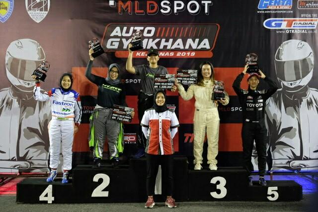 Aulia Fitri Indrasari (Marcomm Executive PT Gajah Tunggal Tbk) bersama para juara kelas wanita di MLDSpot Auto Gymkhana Semarang