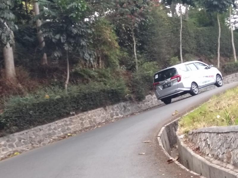 New Daihatsu Sigra yang diposisikan sebagai mobil keluarga menempuh jalur yang didominasi trek menanjak menuju lokasi Gunung Tangkuban Perahu ini. (anto)