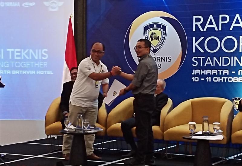 Moh Taufik serahkan rekomendasi bidang sepeda motor kepada Ketum IMI Sadikin Aksa di Rakornis IMI 2019. (Foto : bs)
