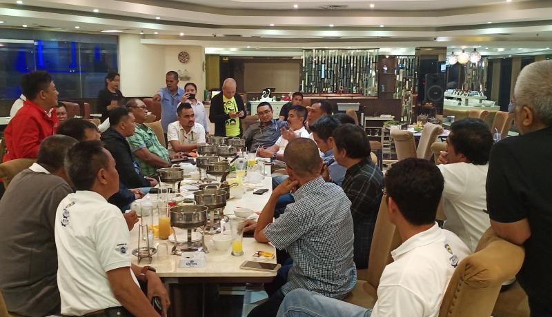 Ketum IMI Pusat Sadikin Aksa bersama para Ketua IMI Provinsi di Shanghai Shabu Shabu Jakarta malam ini. (foto : bs)