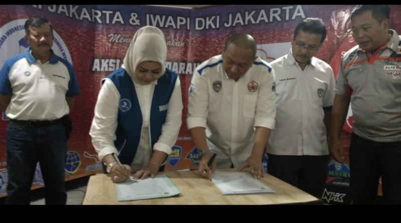 Nota kerjasama ditanda tangani Anondo Eko (Ketum IMI DKI) dan Indah Kaniasari ketua IWAPI DKI