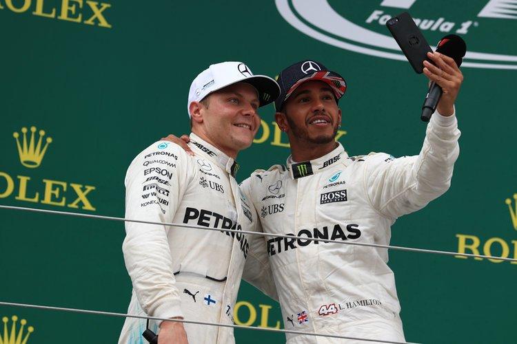 Lewis Hamilton dan Valtteri Bottas, damai di panggung sebaiknya `perang` di lintasan sesuai asa fans F1. (Foto: thechechkeredflag)