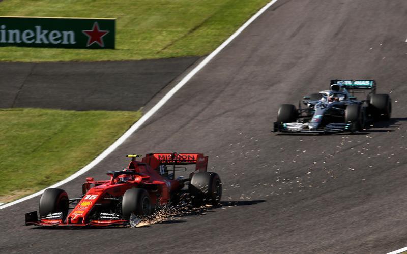 Aksi Charles Leclerc (Ferrari) saat berada di depan Lewis hamilton (Mercedes) di GP Jepang, berakhir dengan denda ratusan juta perak. (Foto: f1)