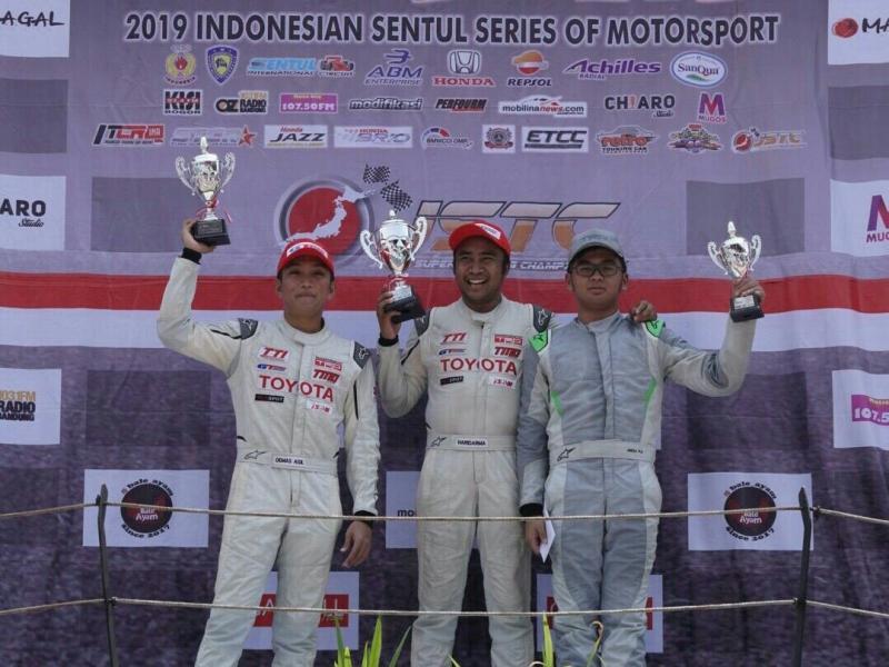 Haridarma Manoppo (tengah), Demas Agil dan Mirza Putra Utama di podium kelas JSTC pada Minggu kemarin di sirkuit Sentul. (foto : tti)