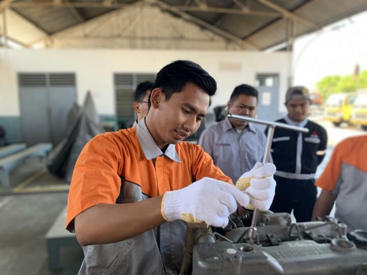 Pelatihan otomotif kepada para guru SMK di Krama Yudha Tiga Berlian Motors Regional Trainning Center