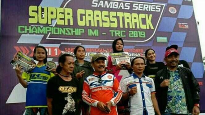 Crosser wanita pun bermunculan di event grasstrack yang digelar promotor R-One Enterprise di Kalimantan Barat