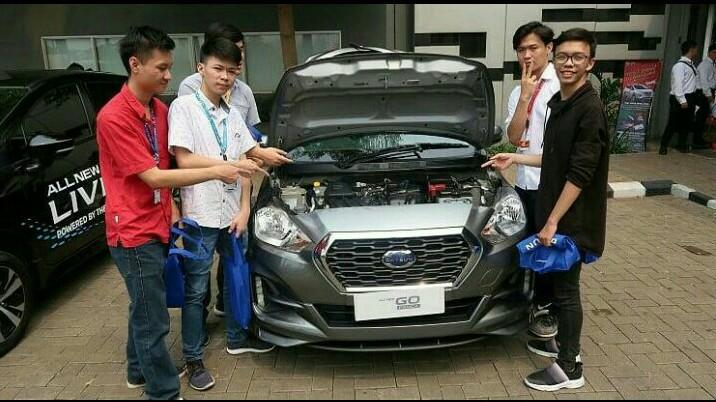 Para mahasiswa BINUS bersama mobil Datsun di sela NMAA goes to Campus