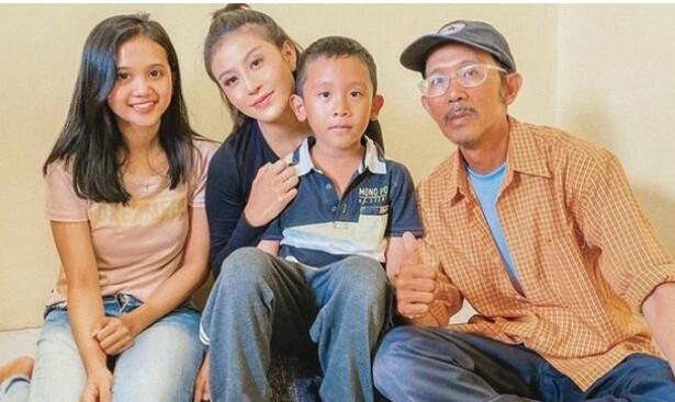 Awkarin berikan bantuan kepada keluarga ojek online Hendar yang motornya dicuri. (foto : instagram)
