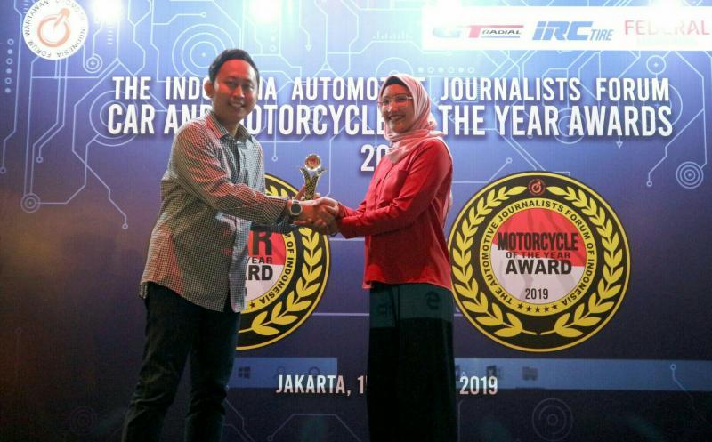 Arviane Dahniarny selaku PR & Digital Manager PT Sokonindo Automobile menerima penghargaan Herly Yanto selaku ketua panitia FCY 2019
